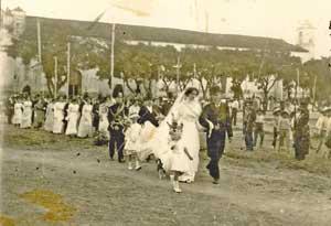 Isabel CastaAi??A?n y su padre hacia la iglesia en Chiapa de Corzo