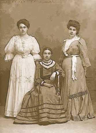 Esperanza Rangel en medio de sus hermanas Lupe y Rita
