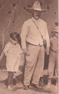 Miguel Trillo lleva dos niAi??os a la escuela de Canutillo (ca. 1921)