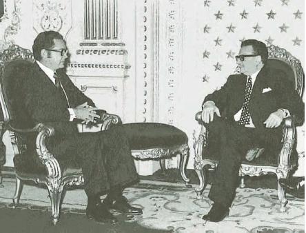 El embajador mexicano en Chile, Gonzalo MartAi??nez Corbala presenta credenciales al presidente Salvador Allende el 1 de septiembre de 1972
