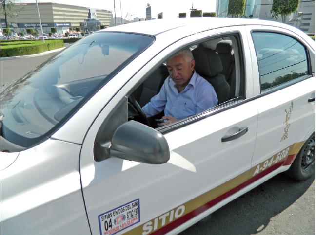 Juan Manuel Landeros en su taxi libre(rAi??a)
