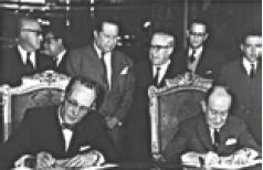 Thomas C. Mann (izq.) y Manuel Tello Barraud (der.) firman la Convención de Chamizal, cd. de Mx, 29 de agosto de 1963. WIKICOMMONS