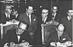 Thomas C. Mann (izq.) y Manuel Tello Barraud (der.) firman la ConvenciA?n de Chamizal, cd. de Mx, 29 de agosto de 1963. WIKICOMMONS