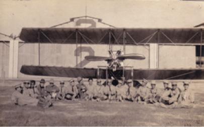 Cadetes de la Escuela Militar de Aviación posan frente al apartado, Mx, 1920. Col. Biblioteca Francisco Xavier Clavijero, UIA, Ciudad de México