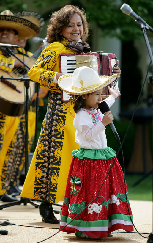 Cinco_de_Mayo_performers_at_White_House