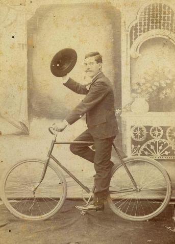Sr. Adolfo MartAi??nez, fotografAi??a de Geegorio GA?mez, antes de 1910. col particular RamA?n Aureliano A. (459x640)