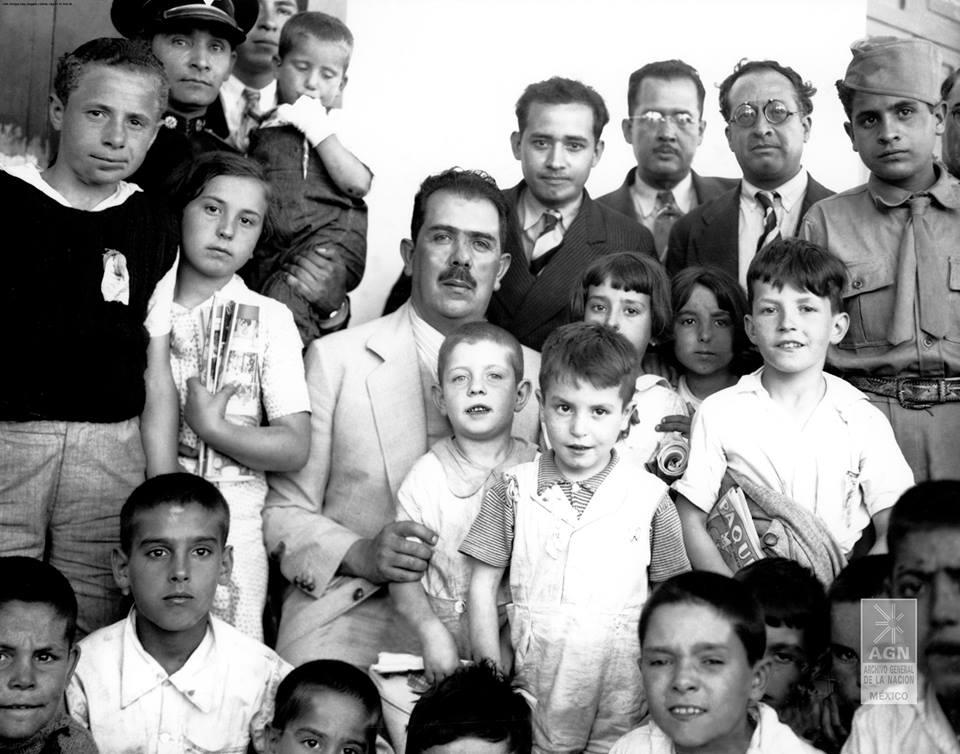Los niños y el Presidente, 1937. AGN, Archivo fotográfico Enrique Díaz Delgado y García, caja 61-12, archiveros 15, gaveta 6.
