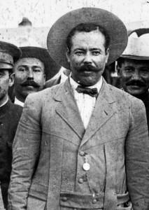 1. Luis Aguirre a lado derecho de Pancho Villa (356x500)