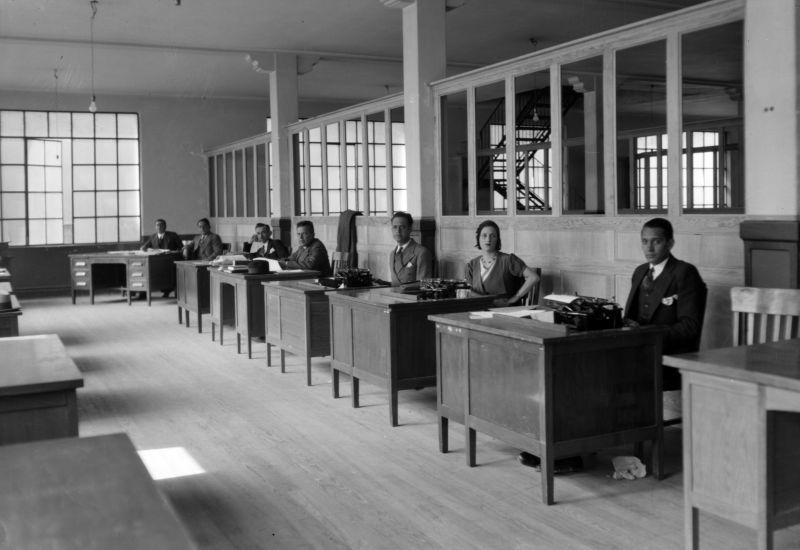 Empleados públicos sentados tras escritorios en una oficina, ca. 1925, inv. 598. SINAFO, Secretaría de Cultura-INAH-Méx. Reproducción autorizada por el inah .