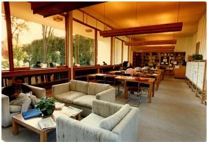 Sala de lectura de la biblioteca Ernesto de la Torre Villar, ca. 1994. Biblioteca Ernesto de la Torre Villar–Instituto Mora.