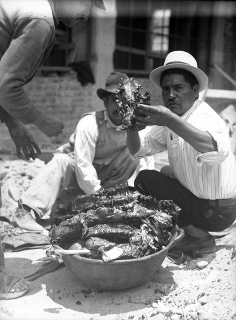 Hombres sacando barbacoa del horno, ca. 1950, inv. 160773, sinafo. Secretaría de Cultura- INAH-Méx. Reproducción autorizada por el INAH