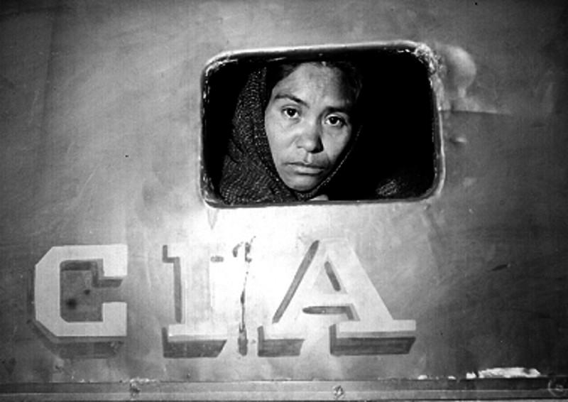 Mujer delincuente en la ventanilla de una prisión, ca. 1950, inv. 220594, SINAFO. Secretaría de Cultura-INAH-Méx. Reproducción autorizada por el INAH.