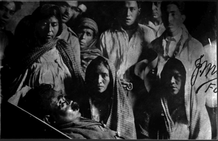 Gente observa el cadáver de Emiliano Zapata, abril de 1919, inv. 567627, SINAFO. Secretaría de Cultura-INAH-Méx. Reproducción autorizada por el INAH.