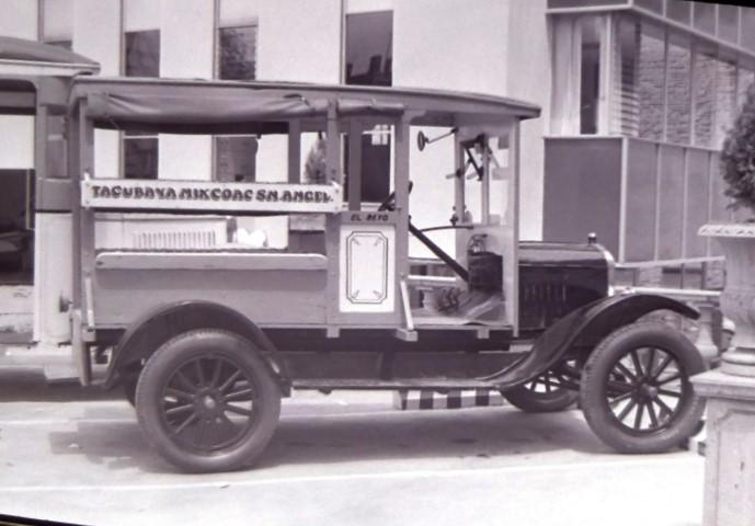 Autobús de pasajeros de los años 30's Tacubaya-Mixcoac-San Ángel, ca. 1977. Archivo General de la Nación, Fondo Hermanos Mayo, Concentrados, sobre 496/1-A.