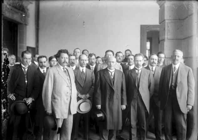 Manuel Garza Aldape con Victoriano Huerta y otras personalidades, ca. 1913, inv. 38744, SINAFO. Secretaría de Cultura-INAH-MÉX. Reproducción autorizada por el INAH.