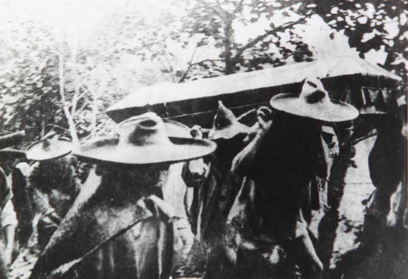 Indígenas conducen por la sierra el ataúd con los restos de Venustiano Carranza, mayo de 1920, inv. 40667, SINAFO. Secretaría de Cultura-INAH-MÉX. Reproducción autorizada por el INAH.