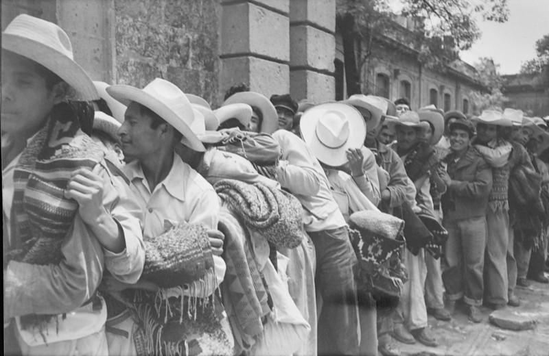 Llegada de trabajadores a las oficinas de reclutamiento del programa bracero, ciudad de México, ca. 1959. Archivo General de la Nación, Fototeca, Hermanos Mayo, Concentrados, sobre 364.1.