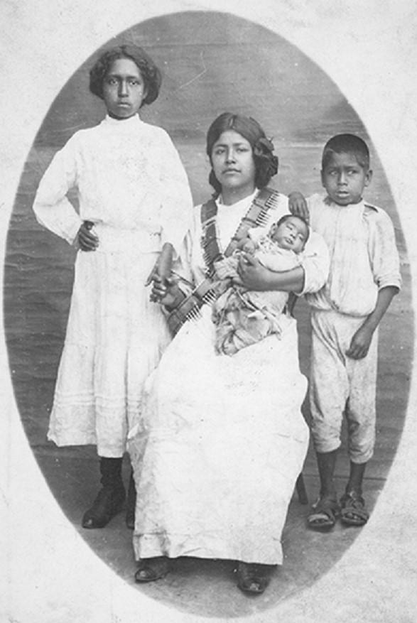Soldadera acompañada por sus hijos, ca. 1914. IISUE/AHUNAM/Colección Gildardo y Octavio Magaña Cerda/Doc. 0853.