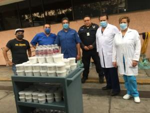 Entrega de comida en el Hospital General la Raza, abril de 2020. Colección de Comida para Héroes.