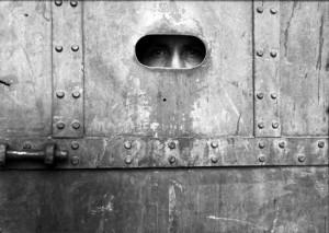 Interno de la Castañeda observa a través de la rendija de una puerta, ca. 1945. inv. 296522 SECRETARÍA DE CULTURA. - INAH. - FOTOTECA NACIONAL. - MÉX. Reproducción autorizada por el INAH.