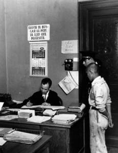 Adolescente ante el director del tribunal de menores, 1938, inv. 654815. SECRETARÍA DE CULTURA. - INAH. FOTOTECA NACIONAL.-MÉX. Reproducción autorizada por el INAH.