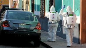 Sanitización durante la pandemia de coronavirus en el centro histórico de Querétaro, México. Fotografía de Carl Campbell, 2020. Flickr Commons.