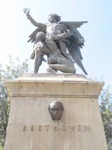 Vista frontal del monumento a Beethoven en la Alameda Central, Ciudad de México. Fotografía de Verónica Zarate Toscano, 2020.