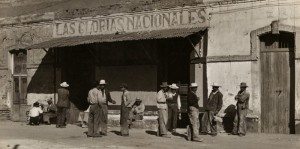 """Nacho López, Hombres afuera de la pulquería """"Las glorias nacionales"""", ca. 1950, inv. 407277. SECRETARÍA DE CULTURA. INAH. FOTOTECA NACIONAL.-MÉX. Reproducción autorizada por el INAH"""