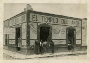 """Pulquería """"El templo del amor"""" en la esquina de la calle República de Guatemala, ca. 1900, inv. 466519. SECRETARÍA DE CULTURA. - INAH. - FOTOTECA NACIONAL. - MÉX. Reproducción autorizada por el INAH."""